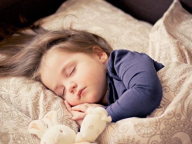spící holčička