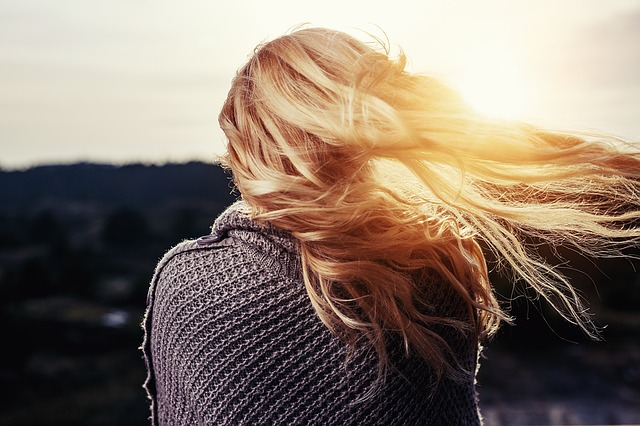 žena ve větru