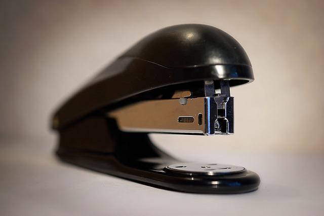 černá sešívačka